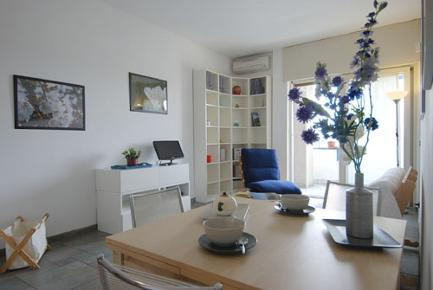 This comfortable apartment of 75 square meters opens directly onto the living room, furnished with a couch, a single sofa bed, a coffee table, a TV area with DVD player, a library, a table for 2 / 4 p